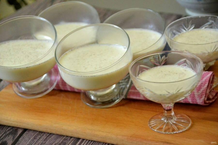 Разлейте сливки по креманкам или стаканчикам, чтобы получить не ровную линию, а диагональную, подложите под креманки что-нибудь, например, салфетку, чтобы придать сливкам уклон. Дайте  сливочной массе застыть, на это уйдет примерно 4 часа. Чтобы ускорить процесс, можно поместить креманки в холодильник.