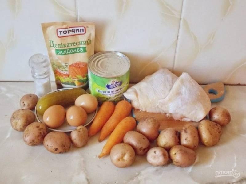 1. Конечно, все современные рецепты приготовления этого салата далеки от традиционного, который был еще в 19 веке, но оливье с курицей по этому рецепту побалует любые вкусовые рецепторы. Для начала нам нужно отварить отдельно куриное филе, отдельно овощи и яйца. Бульон можно потом использовать для приготовления первого блюда.