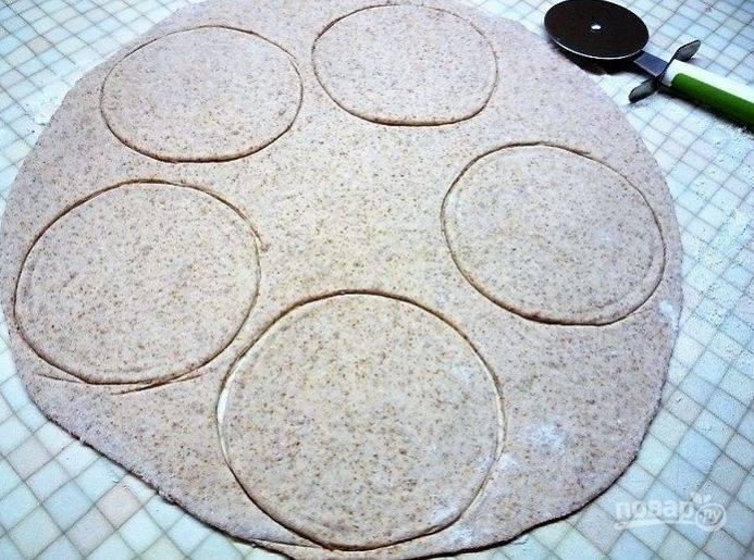 Раскатайте тесто в пласт, вырежьте ножом для пиццы кружки по диаметру формочек.