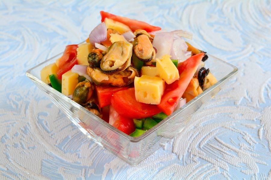 Готовый салат сразу выложите в порционную посуду.