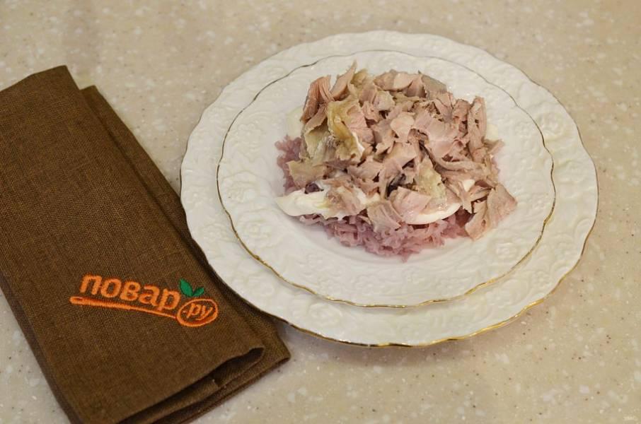 2. Затем выложите нарезанную курицу, промажьте майонезом.