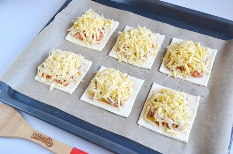 7. Сверху положите тертый сыр. Посыпьте прованскими травами. Отправьте в духовку на 20 минут.