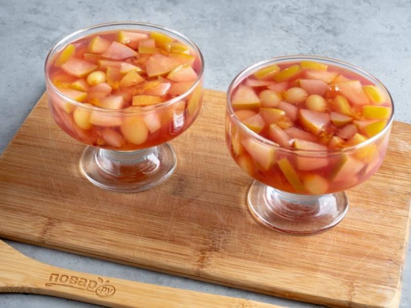 Уберите палочку корицы и разлейте массу с фруктами в стаканы или креманки, остудите и уберите в холодильник. Примерно через час десерт можно подавать к столу.