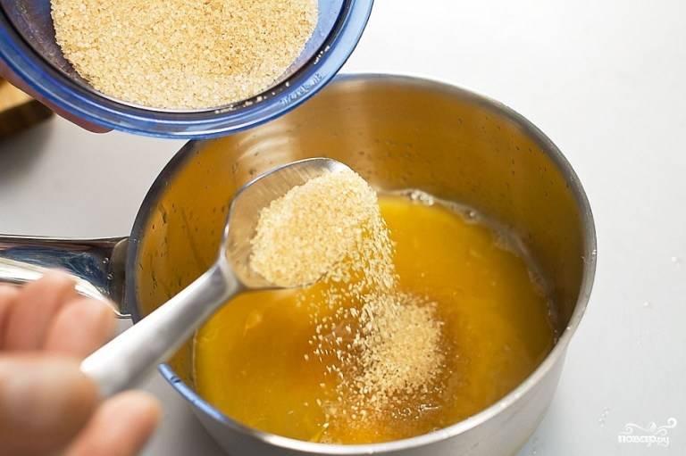 Пока мясо маринуется, подготовьте апельсиновый сироп. Разрежьте апельсин пополам, отрежьте кружок с одной половинки (им мы потом накроем горшочек), выдавите сок в сотейник, добавьте сахар, на небольшом огне варите, помешивая, пока сахар не растворится, а сироп не загустеет слегка.