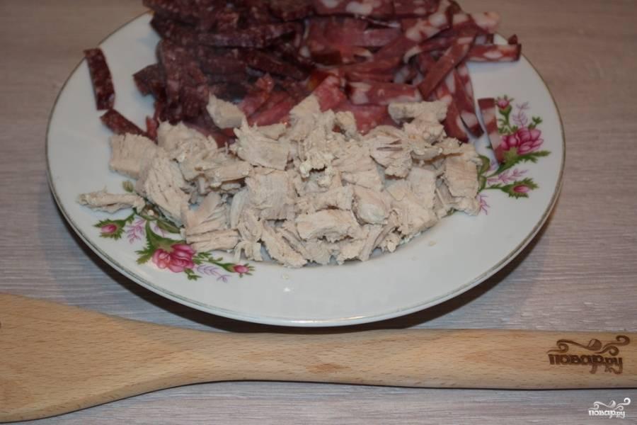 В сковороду влейте немного бульона из кастрюли (2-3 половника), на медленном огне тушите огурцы в сковороде, пока жидкость не уварится. Готовое мясо извлеките из бульона. Слегка остудите и нарежьте на небольшие кусочки.