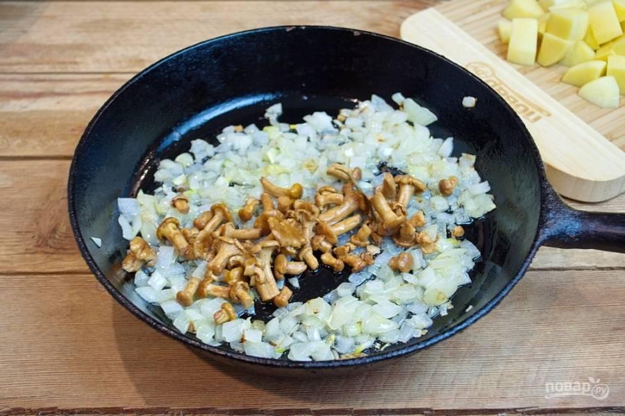 Добавьте маринованные грибы.