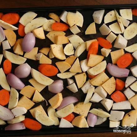 2. Разогреть духовку до 200 градусов. Выложить лук, морковь, пастернак и брюкву в один слой на противень. Обильно посыпать солью и перцем, полить достаточным количеством оливкового масла. Запекать овощи в духовке около 45 минут, помешивая каждые 15 минут, пока овощи не станут мягкими и коричневыми по краям.