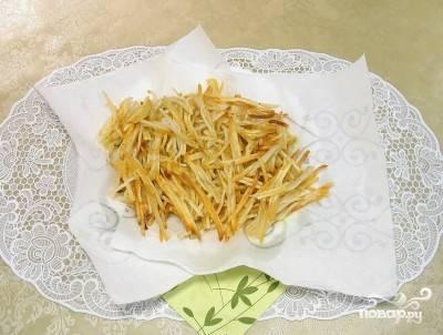 5. А готовый картофель выложите на бумажное полотенце.