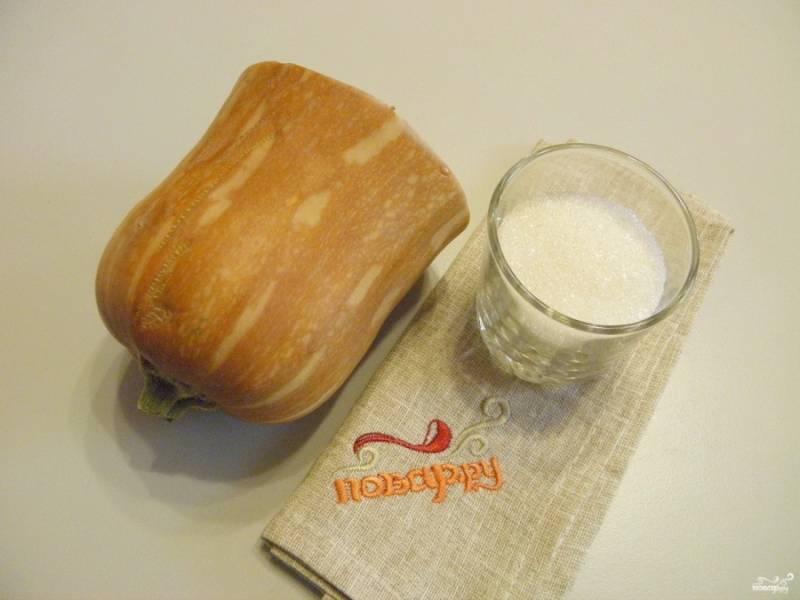 Подготовьте тыкву и сахар для запекания. Это все ингредиенты, которые нам понадобятся. Но по вкусу можете добавить немного корицы.