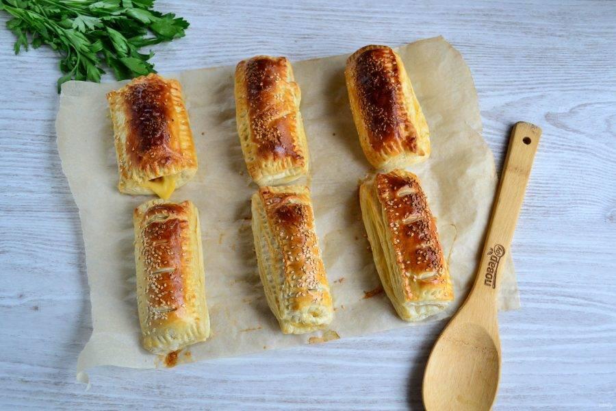 Запекайте пирожки в духовке при температуре 200 градусов около 20-25 минут.