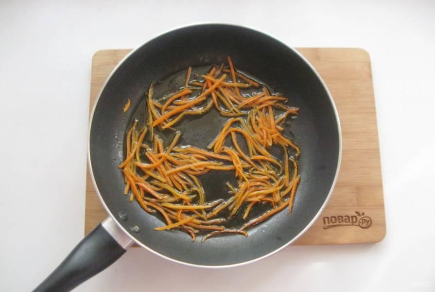 Налейте растительное масло и жарьте морковь перемешивая 7-8 минут.