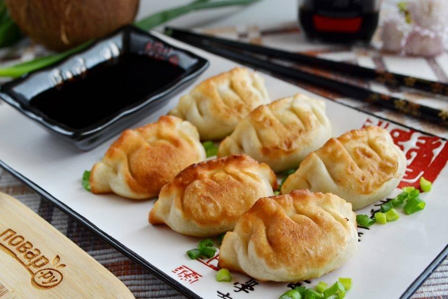Готовые гедза подавайте горячими с зеленым луком и соевым соусом. Приятного!