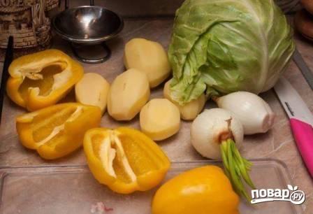 Пока жарится мясо, можно заняться овощами. Очистим картофель и лук, перец очистим от семян.