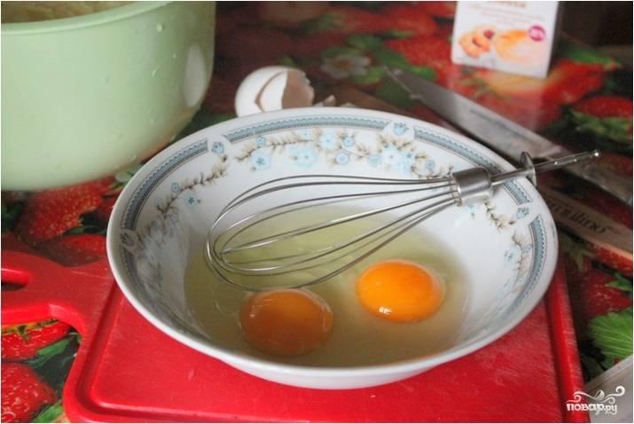 5.Яйца вбейте в подходящую емкость, взбейте венчиком или вилкой до получения однородной массы.