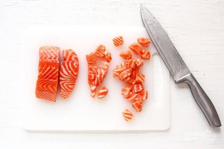 В это время разрежьте рыбу кубиками по 1,5-2 см.