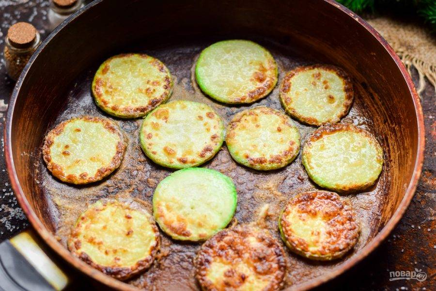 Сковороду прогрейте, смажьте маслом. Жарьте кабачки с обеих сторон по 40-50 секунд.