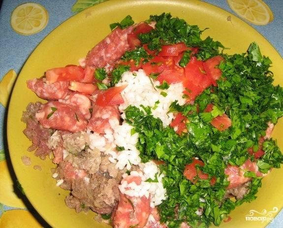 5. Перекрутите фарш. Соедините его с помидорами, зеленью, чесноком, рисом. Посолите, добавьте перец. Перемешайте.