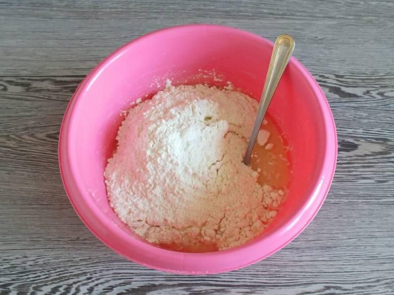 По истечении времени перемешайте дрожжевую смесь, добавьте 1 ст.л. сахара, соль, муку и растительное масло.