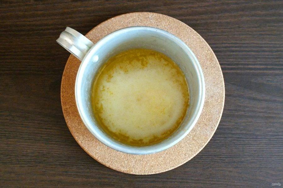 Растопите сливочное масло. Остудите до комнатной температуры.