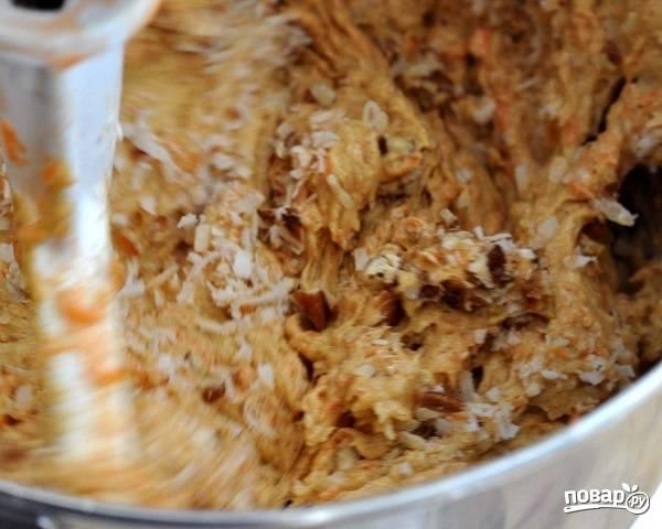 4. Продолжая взбивать, добавьте в тесто морковь и сухие ингредиенты.