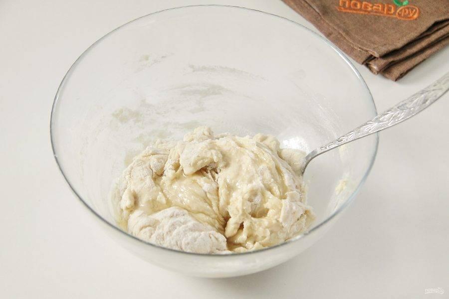 Сначала перемешайте все ложкой и добавьте растительное масло.