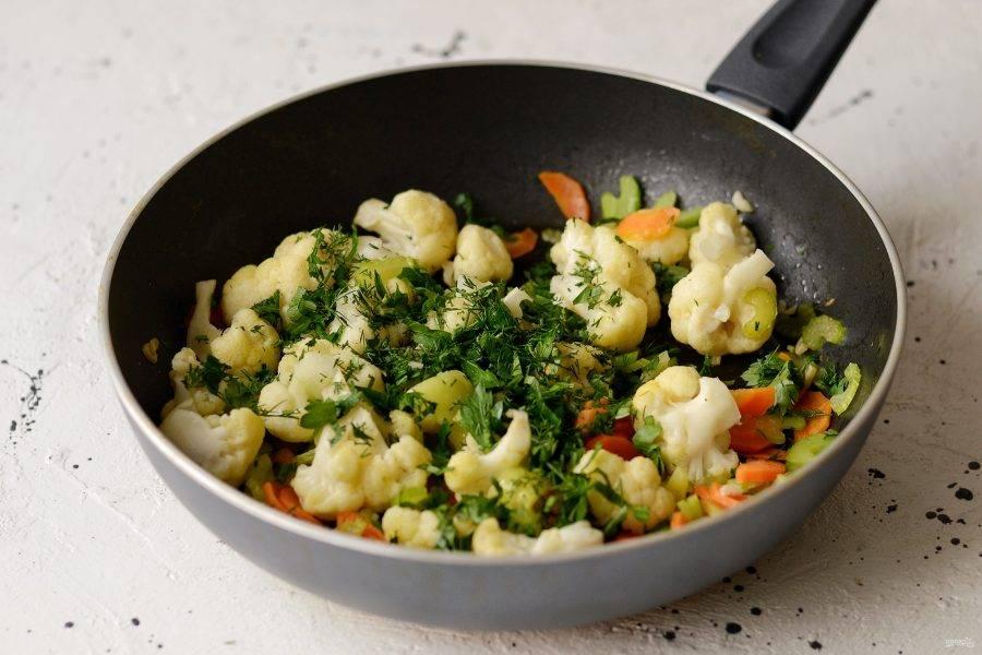 В конце посыпьте крупно порубленной зеленью и перемешайте. Перед подачей салат можно сбрызнуть лимонным соком.