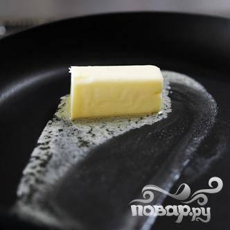В нагретую сковороду кладем кусочек сливочного масла.