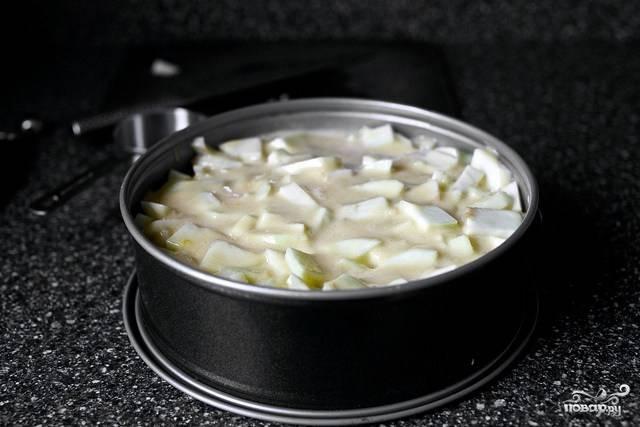 6. Теперь форму можно отправлять в духовку. Запекается шарлотка 55-60 минут до румяной корочки.