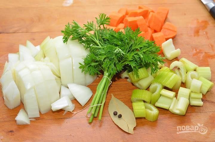 6. В большой кастрюле доведите до кипения воду. При желании для более интенсивного аромата можно добавить овощи, коренья, зелень.