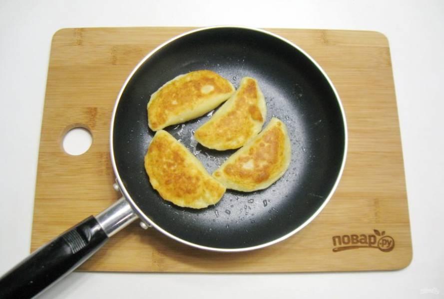Поджарьте пельмени в сковороде с подсолнечным маслом с обеих сторон до золотистого цвета.