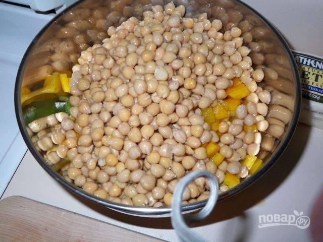 3.Перекладываю томаты и перец в миску, добавляю консервированный нут.