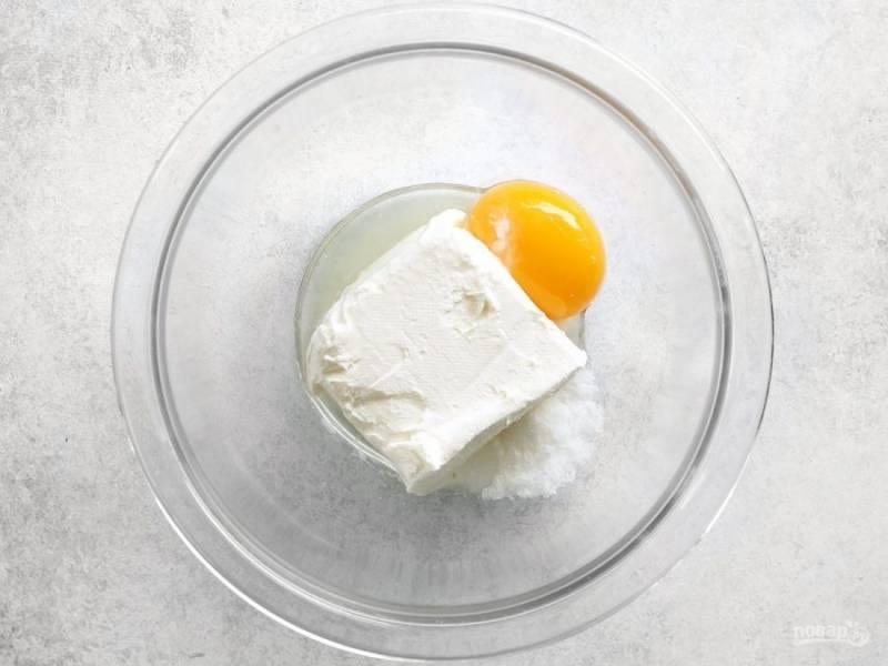 5.В другую миску выложите сливочный сыр, куриный желток, оставшийся сахар, 1 чайную ложку лимонного сока.
