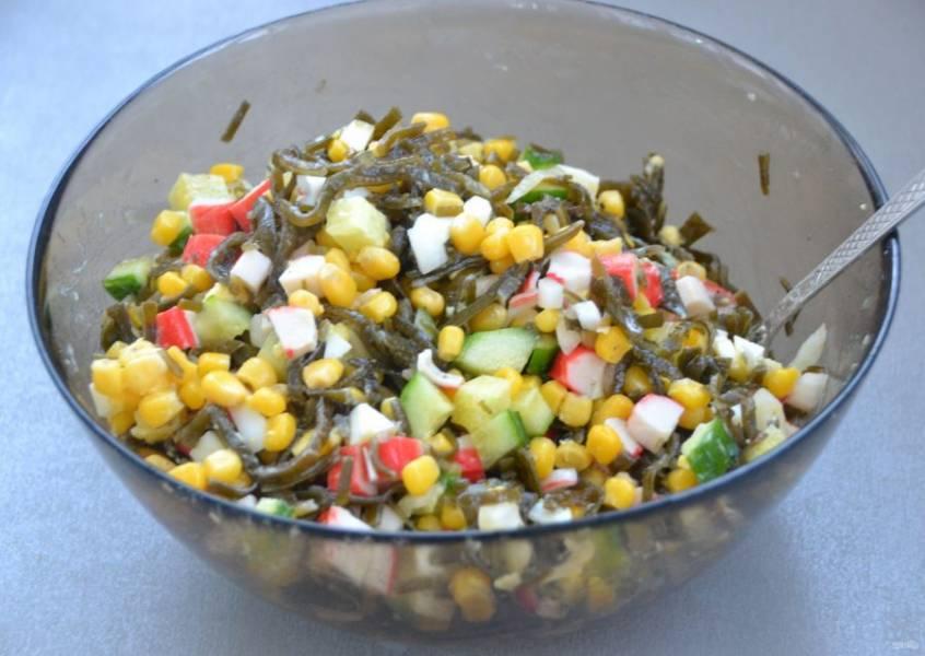 Перемешайте салат, заправьте майонезом. Лучше если это будет домашний майонез.