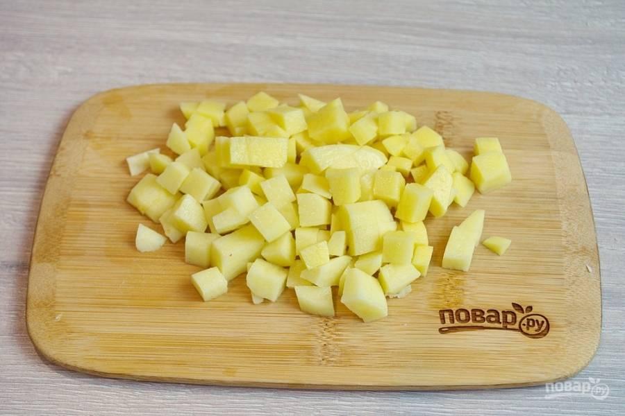Пока тесто подходит, очистите картофель. Нарежьте его мелким кубиком, иначе более крупные кусочки не пропекутся до конца.