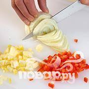 Отварить рис в подсоленной воде. Нарезать овощи полосками, а яблоко кубиками.