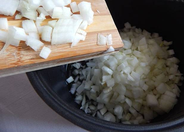 4. Когда мясо будет готово, нам нужно приготовить соус. Для начала отправляем лук жариться на растительном масле. Нарезать его лучше как можно мельче.