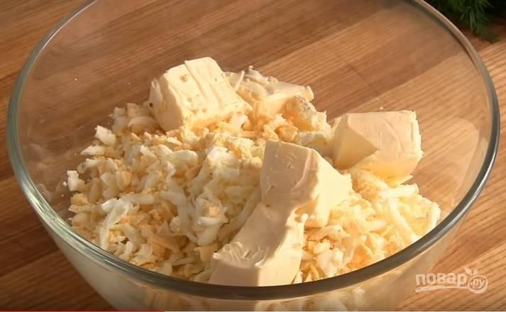 3. Соедините картофель, яйца и плавленый сыр. Разомните их вилкой до однородного состояния.