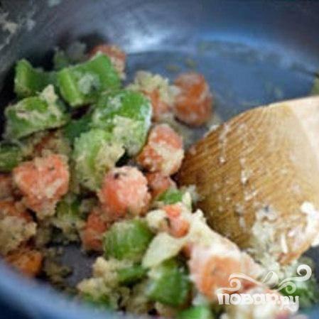 4. Морковь и сельдерей очистить, нарезать ломтиками. Измельчить лук. В большой кастрюле на сильном огне растопить сливочное масло. Перемешать с луком и овощами. Уменьшить огонь до среднего и готовить, время от времени помешивая, около 7 минут, пока овощи не станут мягкими. Перемешать с тимьяном и измельченным чесноком и готовить до появления аромата, около 30 секунд. Добавить муку и размешать, чтобы она покрывала все овощи.
