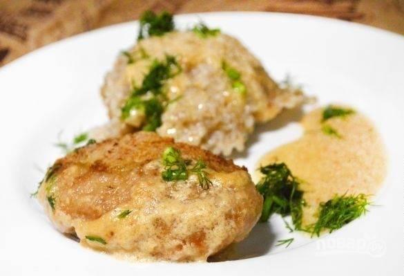 Запекайте мясные изделия в духовке при 200 градусах в течение 30 минут. Подавайте котлеты с зеленью и гарниром. Приятного аппетита!