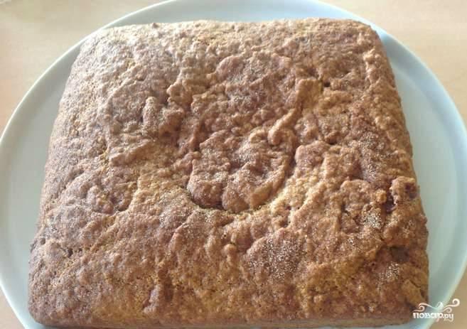 Пирог отправляем на полчаса в духовку, разогретую до 180 градусов. Как только он подрумянится, можно достать его и присыпать сахарной пудрой.