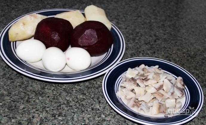 1.В большой кастрюле отвариваю свеклу, картошку и яйца, хорошенько остужаю все и очищаю. Селедку очищаю от кожуры и внутренностей, нарезаю небольшими кусочками.
