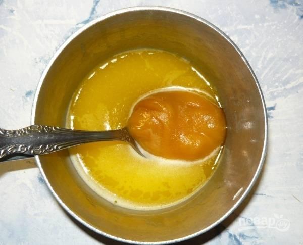 В сотейнике растопите маргарин, а потом добавьте в него мёд. Смесь растворите, а потом остудите до 40 градусов.