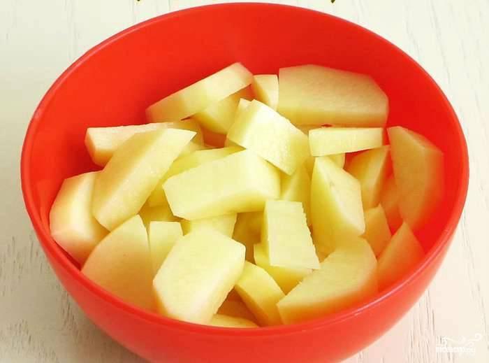 Картофель очищаем от кожуры и режем на брусочки. Сильно стараться ни к чему: все равно все перемелется в одну массу.