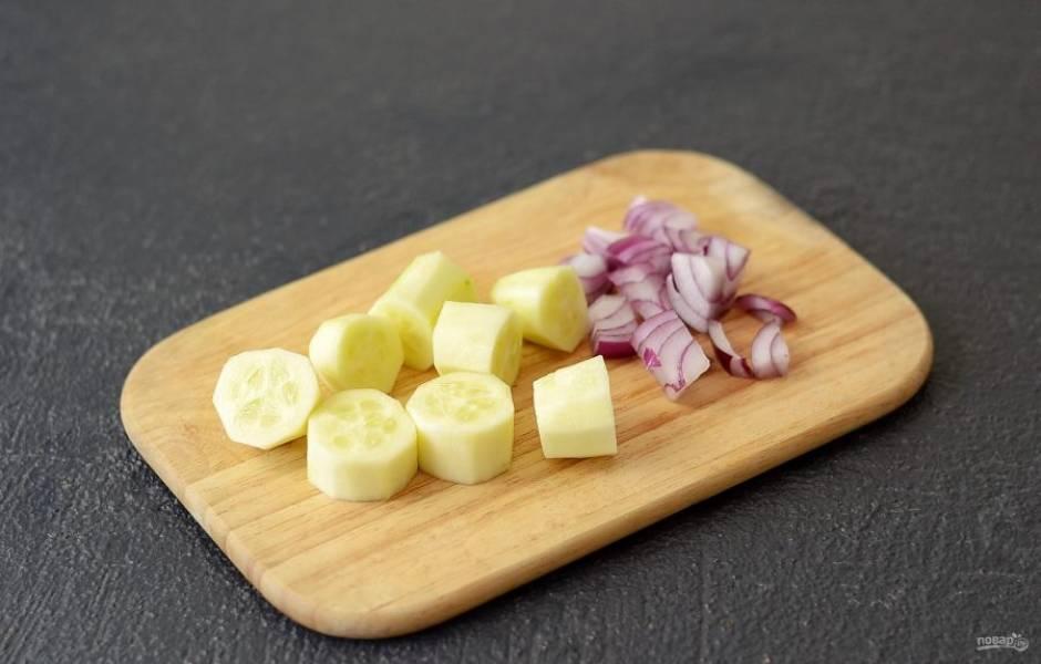 Огурец очистите от кожуры. Нарежьте кубиками. Репчатый лук тоже нарежьте кубиками.