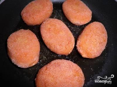 Обжариваем котлеты на сковороде с растительным маслом на среднем огне до образования золотистой корочки. В конце готовки накрыть сковороду крышкой, уменьшить огонь под сковородкой до минимума и потушить котлеты минут 10.