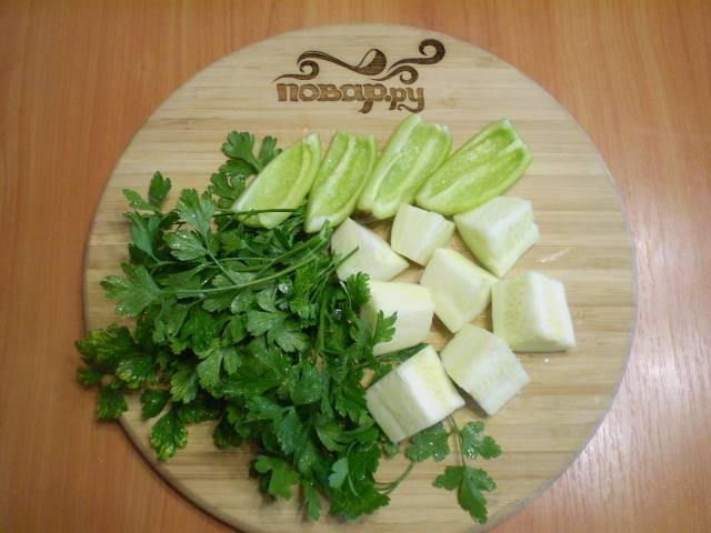 У зелени нужно обрезать толстые веточки, оставить только тонкие и листочки. У перца —  удалить семена и хвостик. Кабачок очистить, если семена грубые, лучше вырежьте их.
