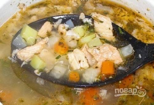 И отправляем мясо к практически готовым овощам. Пусть покипит минут 5. Пробуем, добавляем соль, если необходимо. Добавим перец и специи.