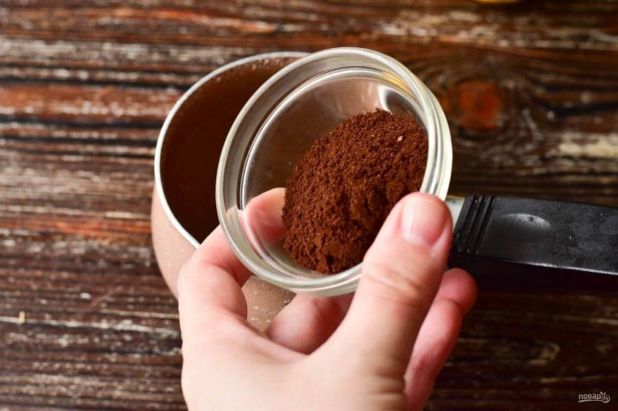 В турку влейте воду, добавьте кофе.