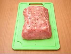 """1. Свинину промываем, удаляем пленочки и лишний жирок. Обсушим мясо салфетками и натираем солью, перцем и специями. Оставим на 10 минут """"отдохнуть""""."""