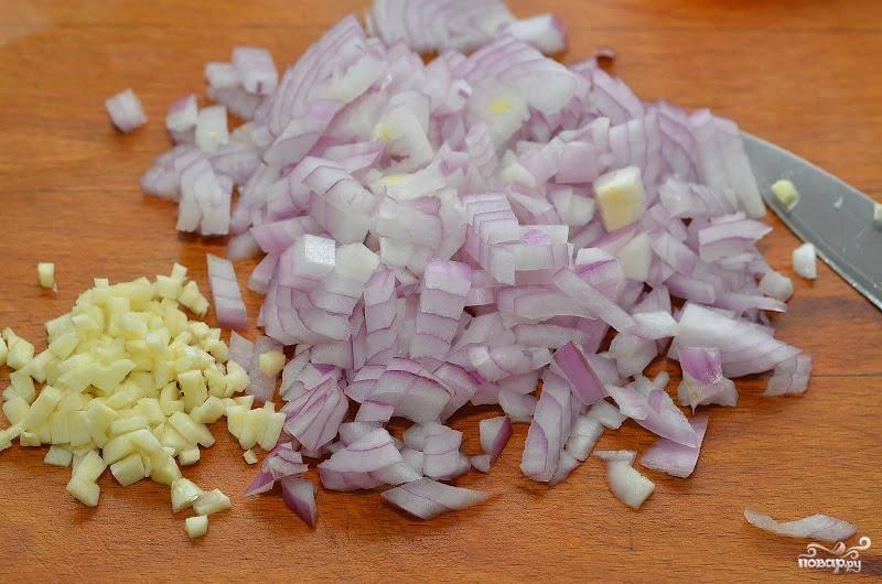 Лук, чеснок и петрушку мелко шинкуем.